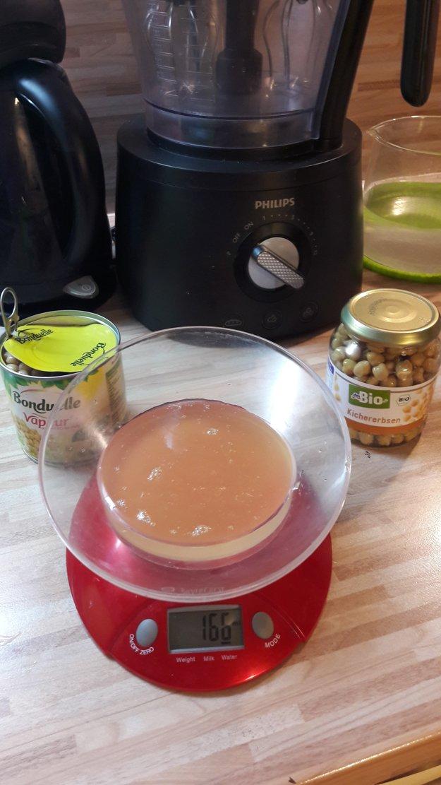 Pripravili sme si potrebné suroviny - práškový cukor, cícerovú vodu z konzervy