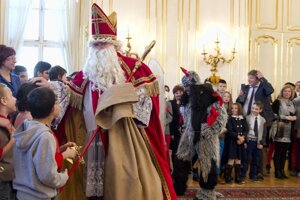 Na snímke Mikuláš víta deti z detských domovov na Mikulášskom stretnutí prezidenta SR Andreja Kisku s deťmi z detských domovov  2. decembra 2015 v Prezidenskom paláci v Bratislave.