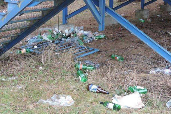 Pod tribúnou boli najmä fľaše od piva a vína.