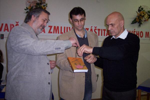 Kniha Michala Baňanku (uprostred) sa vydala na cestu k čitateľom zaprášená pušným prachom.