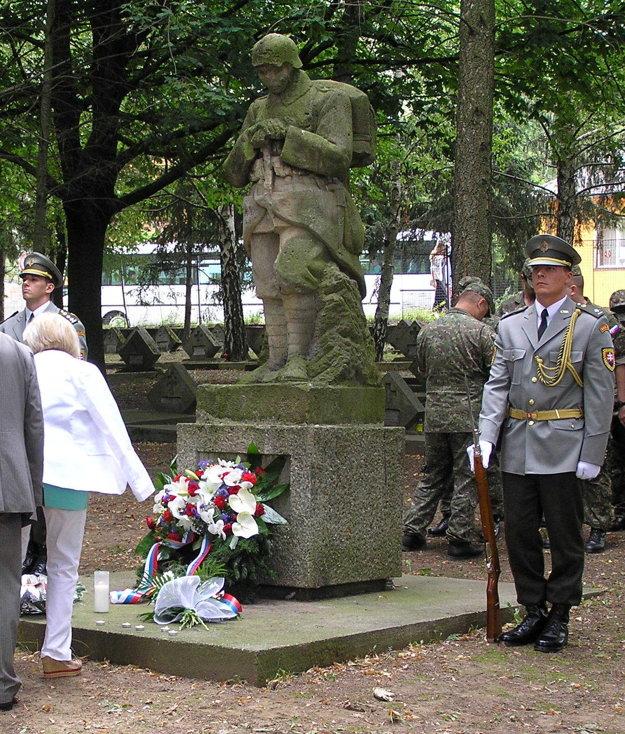 Socha vojaka na cintoríne v Mlynárciach.
