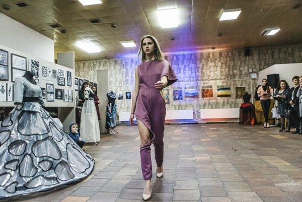 Na módnej prehliadke sa prezentovali mladé módne dizajnérky.
