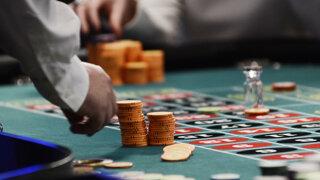 Banky pýtajú poplatky za hazard. Kde sa im dá vyhnúť?