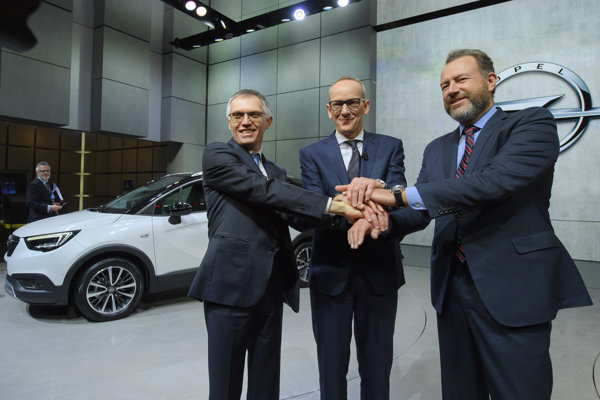 Carlos Tavares (vľavo) so šéfom skupiny Opel Karlom Neumannom (v strede) a riaditeľom General motors Danom Ammannom (vpravo).