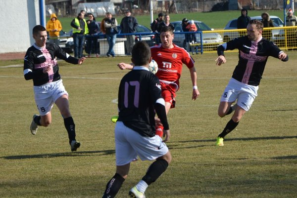 Hrušovany doma porazili Imeľ 5:1, keď jeden gól strelil i Dárius Soboňa (vľavo). Vpravo dohliada na súboj Martin Rusinko a s číslom 17 je Ján Boldiš.