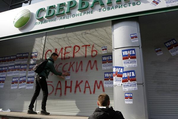 Na Ukrajine v noci radikáli znefunkčnili bankomaty ruských bánk.