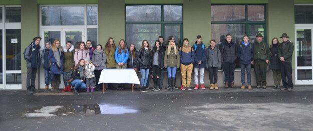 Spoločná fotografia pred školou.