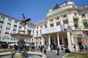 Do smútočných farieb bola v piatok napoludnie odetá historická budova Slovenského národného divadla.<br><br>Slovensko sa lúčilo s hereckou legendou, maestrom Ladislavom Chudíkom, ktorý zomrel v pondelok 29. júna vo veku 91 rokov.