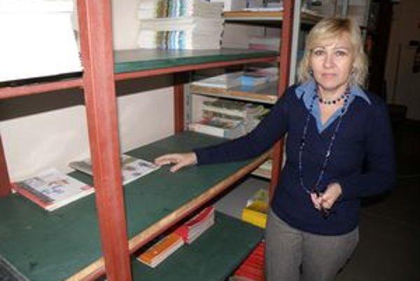 Riaditeľka Ľubomíra Holíková ukazuje, že v sklade učebníc majú pre nové učebnice dosť miesta.