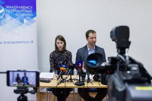 Bývalá zamestnankyňa Ministerstva zahraničných vecí a európskych záležitostí SR Zuzana Hlávková a riaditeľ Transparency International Slovensko Gabriel Šípoš.