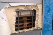 Zlodeji urobili na stene dieru.