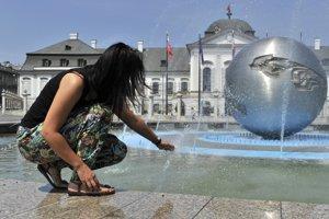 Fontány ako zdroj osvieženia v tropickom teple na Hodžovom námestí. Teplé počasie trvá už niekoľko dní, meteorológovia aj na najbližšie dni hlásia pre Bratislavu teploty okolo 30 stupňov Celzia.