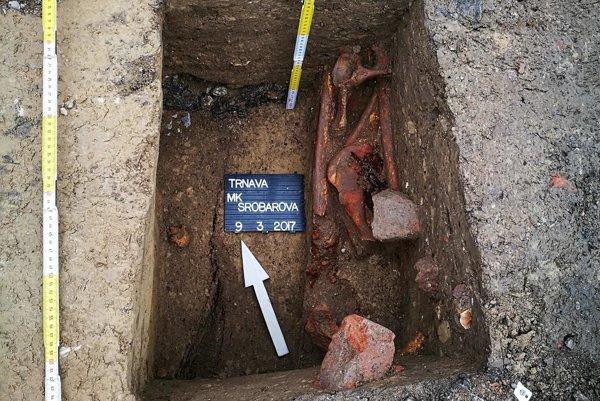 Pod asfaltom našli kosti viacerých ľudí.