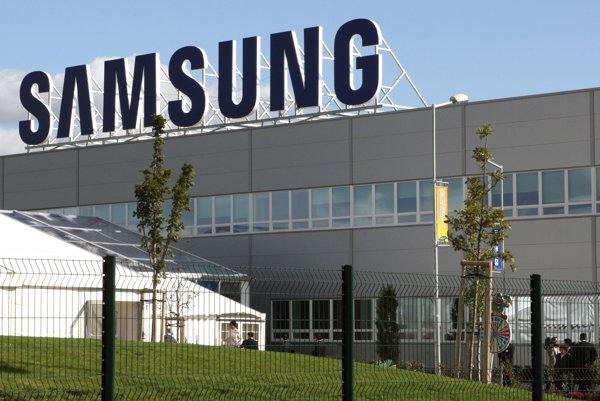 Inšpektori práce kontrolovali zamestnancov vgalantskom Samsungu.