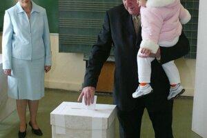 Predseda HZDS Vladimír Mečiar hlasuje v referende 3. apríla 2004.
