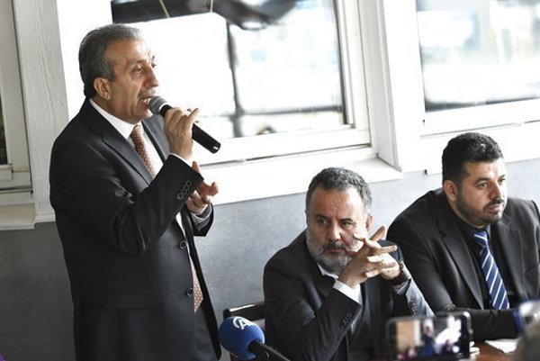 Podpredseda AKP Mehmet Mehdi Eker (vľavo).