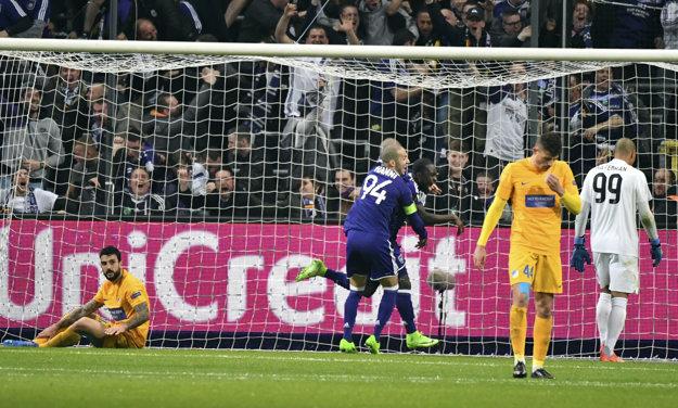 Futbalisti Anderlechtu oslavujú jediný gól zápasu.