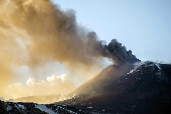 Sopka Etna sa znovu prebudila.
