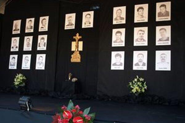Viac ako dva mesiace po verejnej rozlúčke dostali deti obetí peniaze, ktoré im posielali ľudia z celého Slovenska.