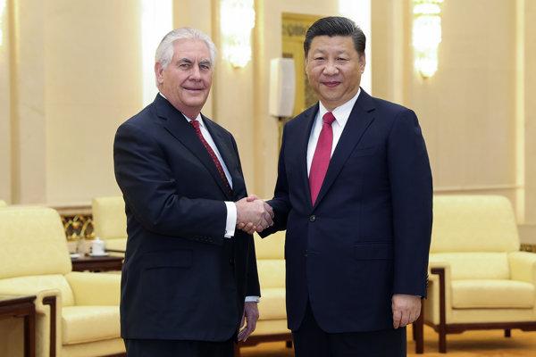 Americký minister zahraničných vecí Rex Tillerson (vľavo) si podáva ruku s čínskym prezidentom Si Ťin-pchingom