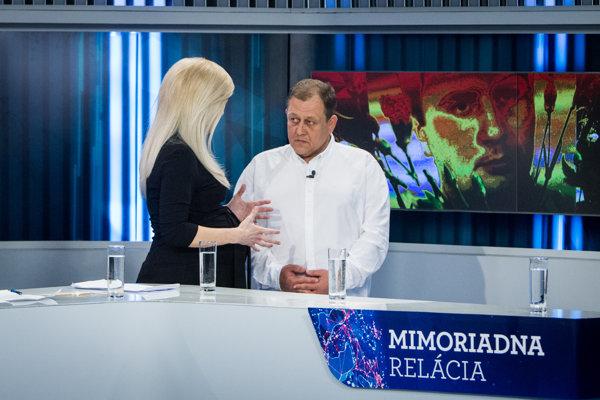 Moderátorka Zlatica Puškárová sa krátko pred začiatkom relácie rozpráva s korunným svedkom únosu Michala Kováča ml. Oskarom Fegyveresom.