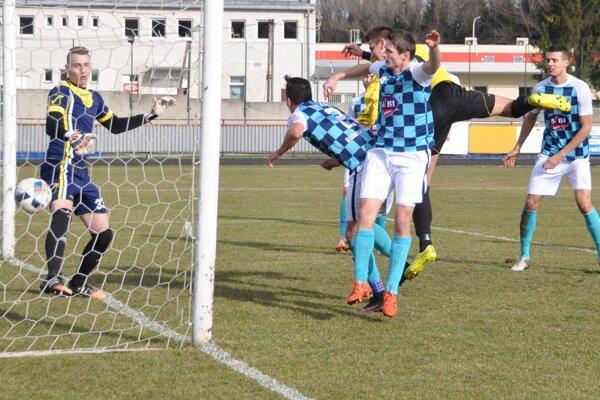 Jediný gólový moment sa zrodil po hlavičke Ľubomíra Jašša, ktorý preskočil brániach hráčov.