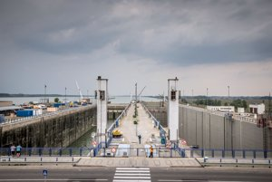 Celkový pohľad na dve plavebné komory z veliacej veže. Pohľad je proti prúdu. Aktuálne pokazená pravá plavebná komora je tak na ľavej strane snímky. Druhú plavebnú komoru, ktorá je tiež na snímke, rekonštruujú už niekoľko mesiacov.
