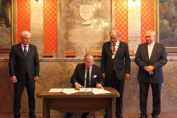 Podpis Memoranda o spolupráci na rok 2017. Zľava: M. Čurilla, B. Peschek, I. Čombor aM. Slašťan.