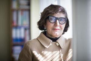 Profesorka Zuzana Sternová (69) pôsobí ako riaditeľka Technického askúšobného ústavu stavebného. Celý život sa venuje výskumu avývoju voblasti stavebníctva. Od 90. rokov sa zaoberá predovšetkým tepelnou ochranou, obnovou budov azatepľovaním.