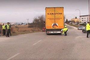 Cyklista nedal prednosť kamiónu.