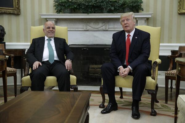 Americký prezident Donald Trump (vpravo) privítal v Bielom dome irackého premiéra Hajdara Abádího (vľavo).