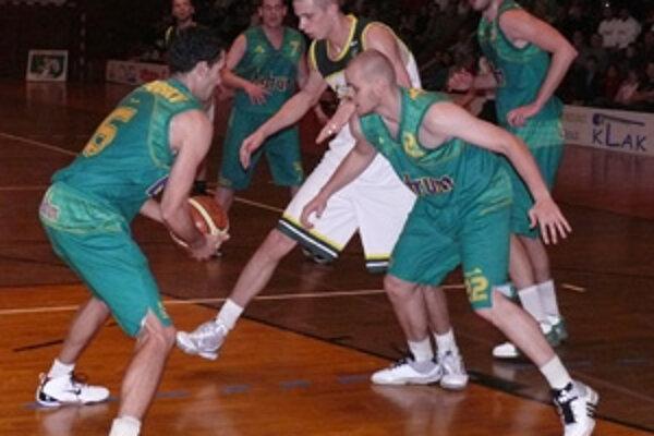 Pavel Bosák vyzdvihol v zápase s Levicami hru Gabriela Szalaya (v strede).
