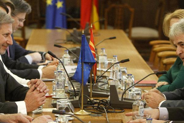Johannes Hahn vpravo na rokovaní v Macedónsku.