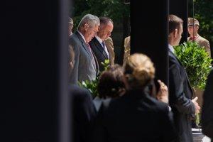 Prezident Kiska je na prvej zahraničnej ceste v MaďarskuPrezident Českej republiky Miloš Zeman (zľava) a slovenský prezident Andrej Kiska počas spomienkovej slávnosti pri príležitosti 25. výročia udalostí, ktoré viedli k demokratickým zmenám v Maďarsku v rámci summitu prezidentov V4 a Nemecka.<br>
