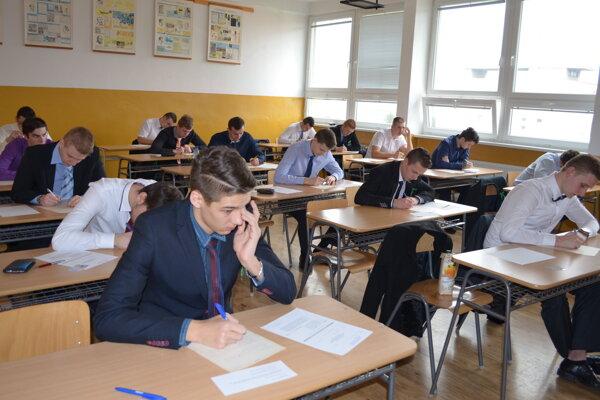 Študenti Spojenej školy vKNM počas písomných maturít.