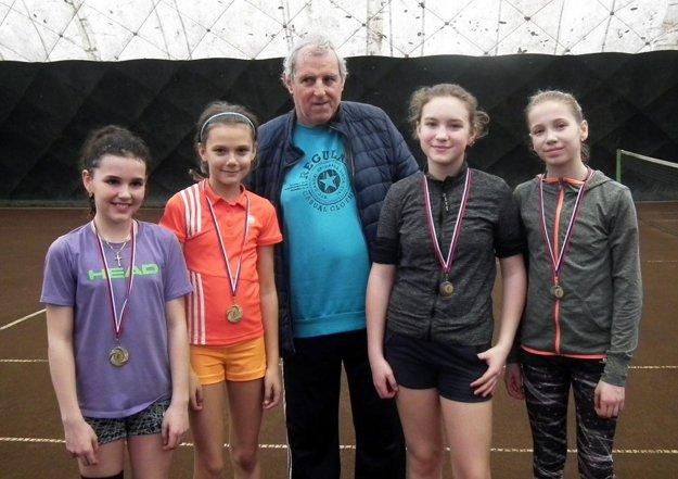 Zľava Katarína Pavlechová (semifinalistka dvojhry), Ashley Krajčovičová (finalistka), Naďa Eliášová (semifinalistka dvojhry) a Michaela Gedayová (víťazka turnaja). V strede Kamil Berec, hlavný rozhodca a organizátor.