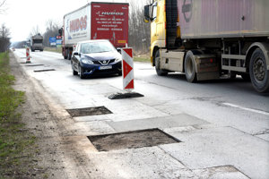 Cestné puzzle? Počet záplat sa na frekventovanej ceste postupne zväčšuje.