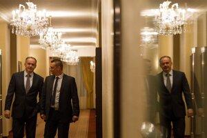 Andrej Kiska medzi hostí dlho nechodil, hoci už prvé spočítané hlasy ukazovali na jeho víťazstvo.