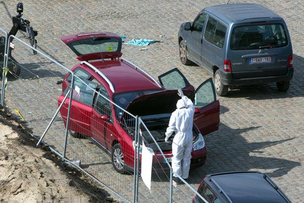 Vyšetrovateľ kontroluje auto.