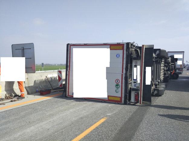 Prevrátený kamión na diaľnici D1.