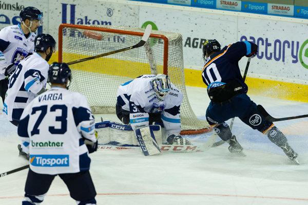 Hokejisti Košíc vpremieňaní šancí zlyhávajú. Na martinskom ľade sa nepresadil ani útočník Jakub Suja (vpravo).