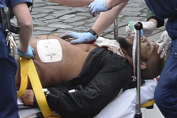 Zdravotníci Masoora ošetrujú po útoku.