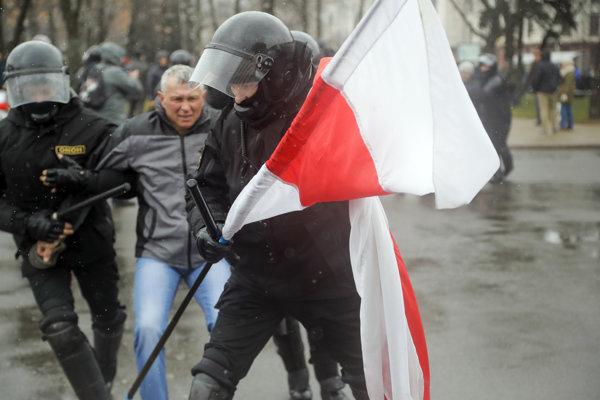Odporcovia Lukašenkovho režimu často nosia na protesty bieločervené vlajky.