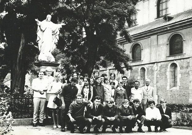 Kaplán Pavol Janáč (horný rad, tretí sprava) s dolnokubínskou mládežou na púti vo Velehrade koncom šesťdesiatych rokov minulého storočia.
