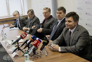 """Minister školstva Peter Plavčan (vpravo) atím expertov predstavujú reformu """"Učiace sa Slovensko"""""""