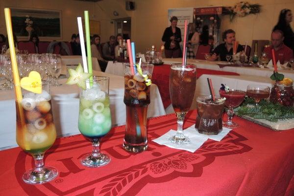 Súťažné drinky svietili všetkými farbami.