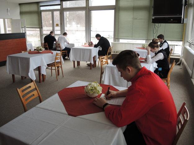 Študenti museli pred praktickou skúškou prejsť testom.