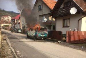 Požiar dodávky v Lúčkach uhasili miestni dobrovoľní hasiči.