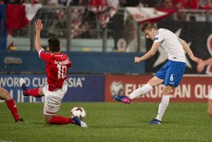 Ján Greguš (vpravo) strieľa gól do siete Malty.