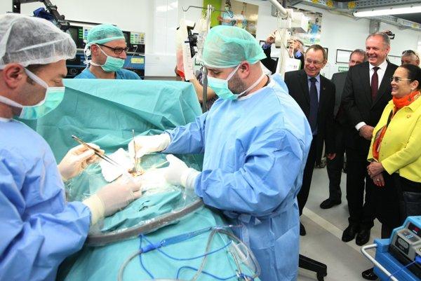 Slovenský prezident počas návštevy nemocnice.